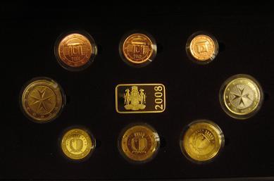 Die Euromünzen Malta sind zusammen mit einem Jeton im offiziellen Set verpackt