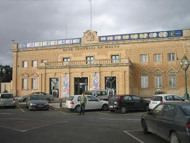 Unser Mietwagen parkt vor der Centralbank of Malta